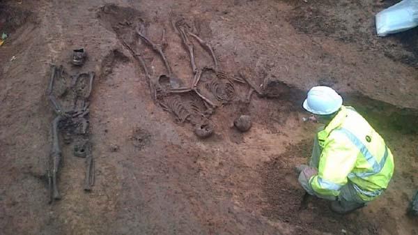 Encuentran 12 restos en York.