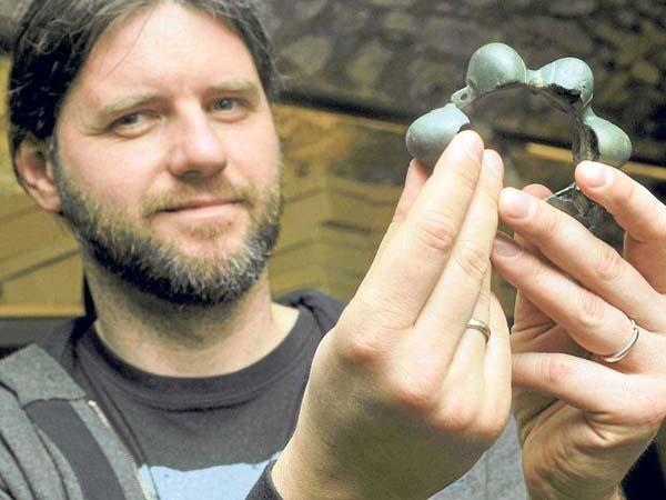Peter Kotowicz enseñando la tobillera celta hallada en Polonia.