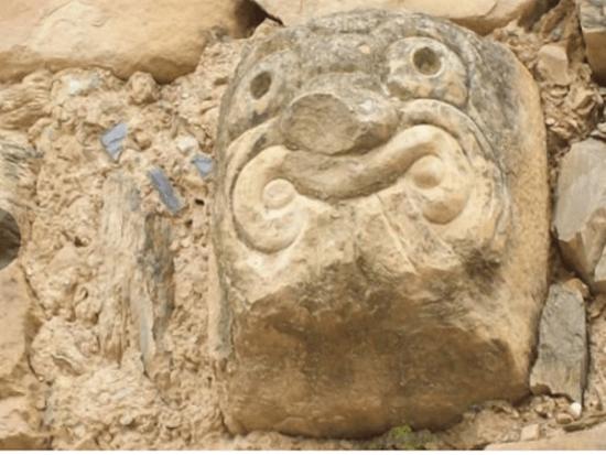 Gárgola de la cultura Chavín hallada en Perú.