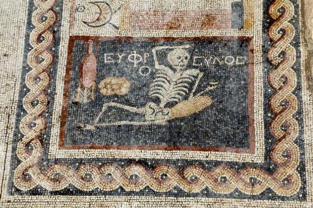 """""""Se alegre, vive la vida"""", inscripción encontrada en un mosaico en Antioquía."""