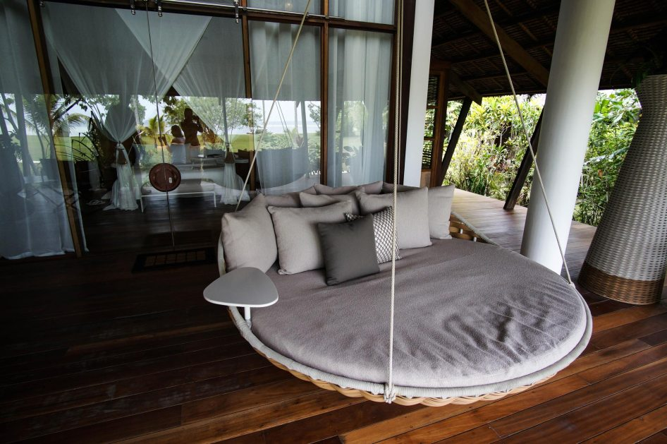 swingrest-outside-luxury-villa-dedon-island
