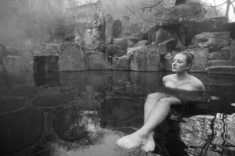 onsen-relaxation-b&w