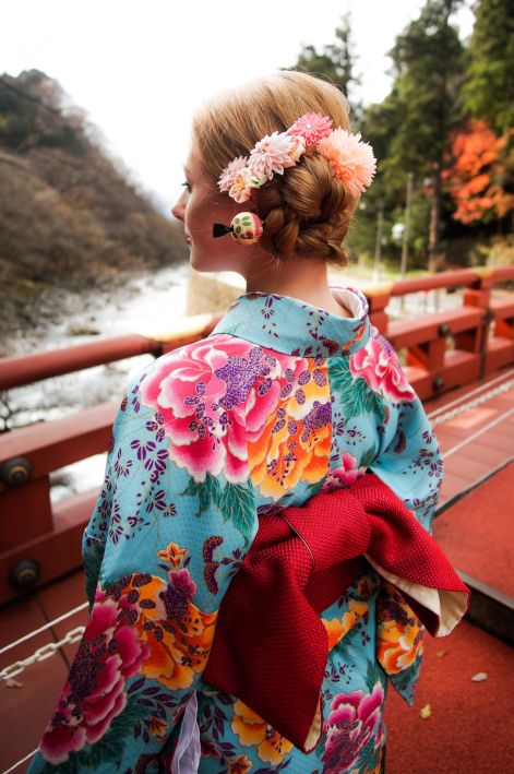 geisha-hairstyle_The-Shinkyo-Bridge_nikko