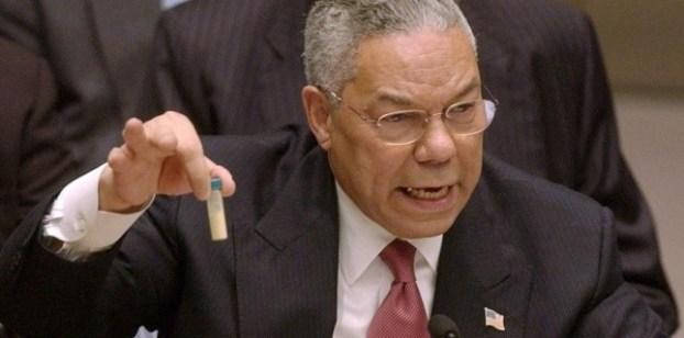 Generał Collin Powell pokazuje przed Zgromadzeniem Ogólnym ONZ szklaną fiolkę, która ma zawierać próbkę irackiej broni biologicznej