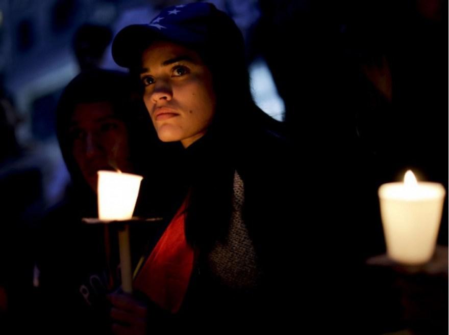 Hommage aux bougies aux manifestants tués lors de la contestation de Nicolas Maduro, à Caracas, le 19 avril.
