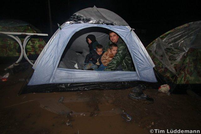Mohammed mit seiner Familie in dem fast komplett vom Wasser eingeschlossenem Zelt