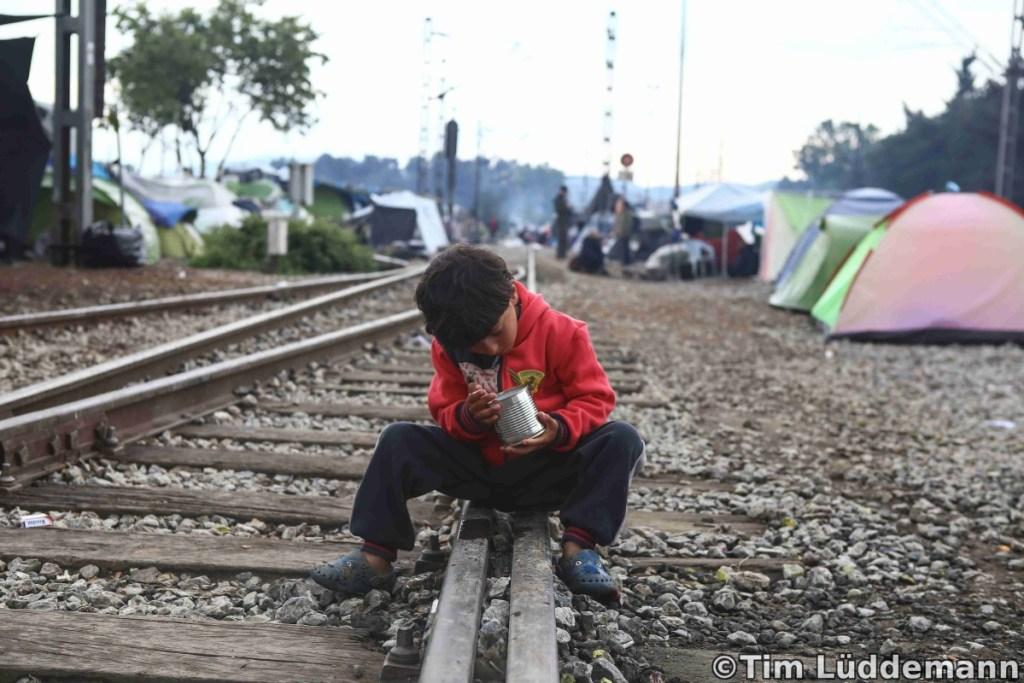 Eine Junge spielt auf den Gleisen in Idomeni