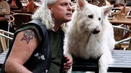 posa con un perro