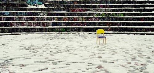 Stuhl im Schnee im Mauerpark