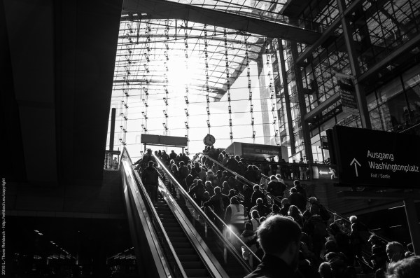 Hauptbahnhof Berlin - der Sonne entgegen; Berlin Central Station - moving towards the sun