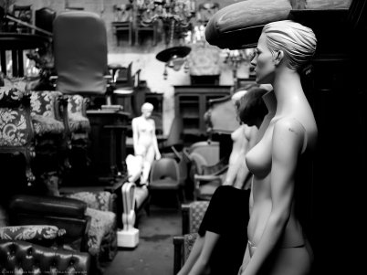 Mannequins @ Flohmarkt - DMC-GX80 f/1.7 1/200sec ISO-800 25mm