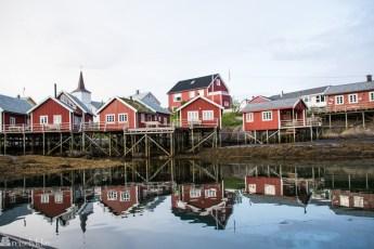 Dagslys på natta i Reine i Lofoten
