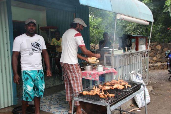 Grillede kyllinger gatelangs på Mauritius Foto: Reiselykke
