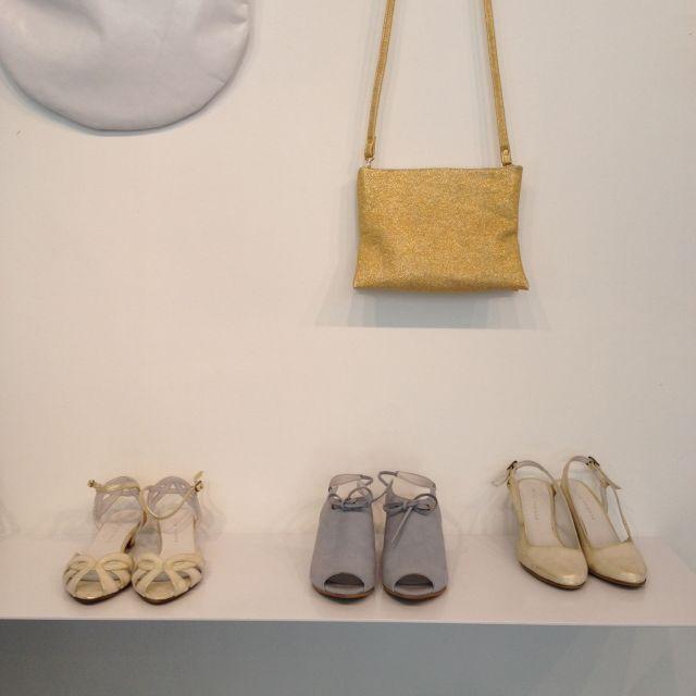 Neben ihren eigenen Schuhkreationen findet man hier auch die eine oder andere Tasche eines befreundeten Designers.