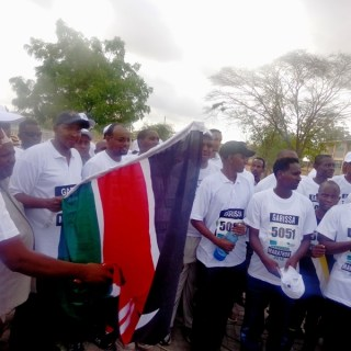 Kenya Parliament Majority leader , Aden Duale flagging off Garissa half marathon to  mark the first anniversary of Garissa University  College attack. [Photo: Abjata Khalif]