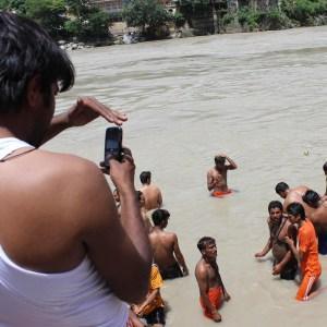 Pilegrimmer i gangeselven ved Haridwar