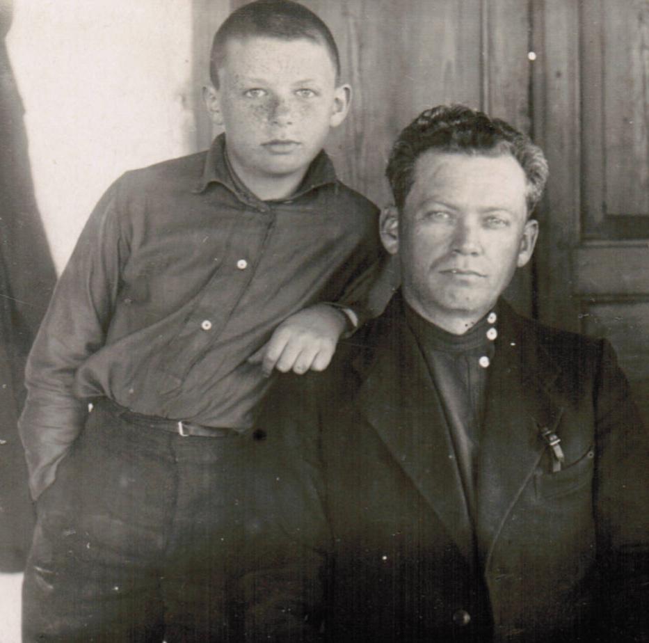Рэм с отцом Наумом Моисеевичем. 1930-е гг.