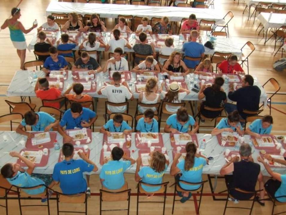 Premier repas pour les équipes salle polyvalente