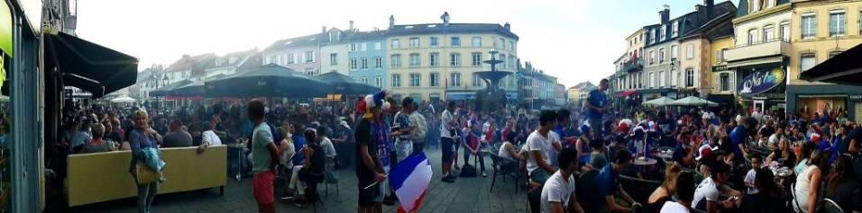 A Remiremont, la demi-finale contre l'Allemagne sur la place du Maréchal De Lattre de Tassigny. Photographie : Michel Leuvrey.