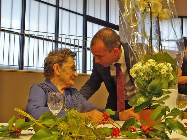 46 Remise d'un bouquet à la doyenne