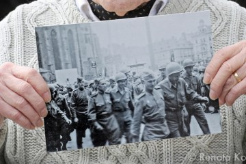 John Livingstone talk about a photograph he took during the Liberation of Pilsen, Czechoslovakia in 1945