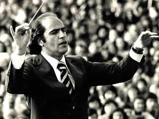 O maestro Isaac Karabtchevsky rege um concerto do projeto Aquarius em 1976: música de concerto para multidões