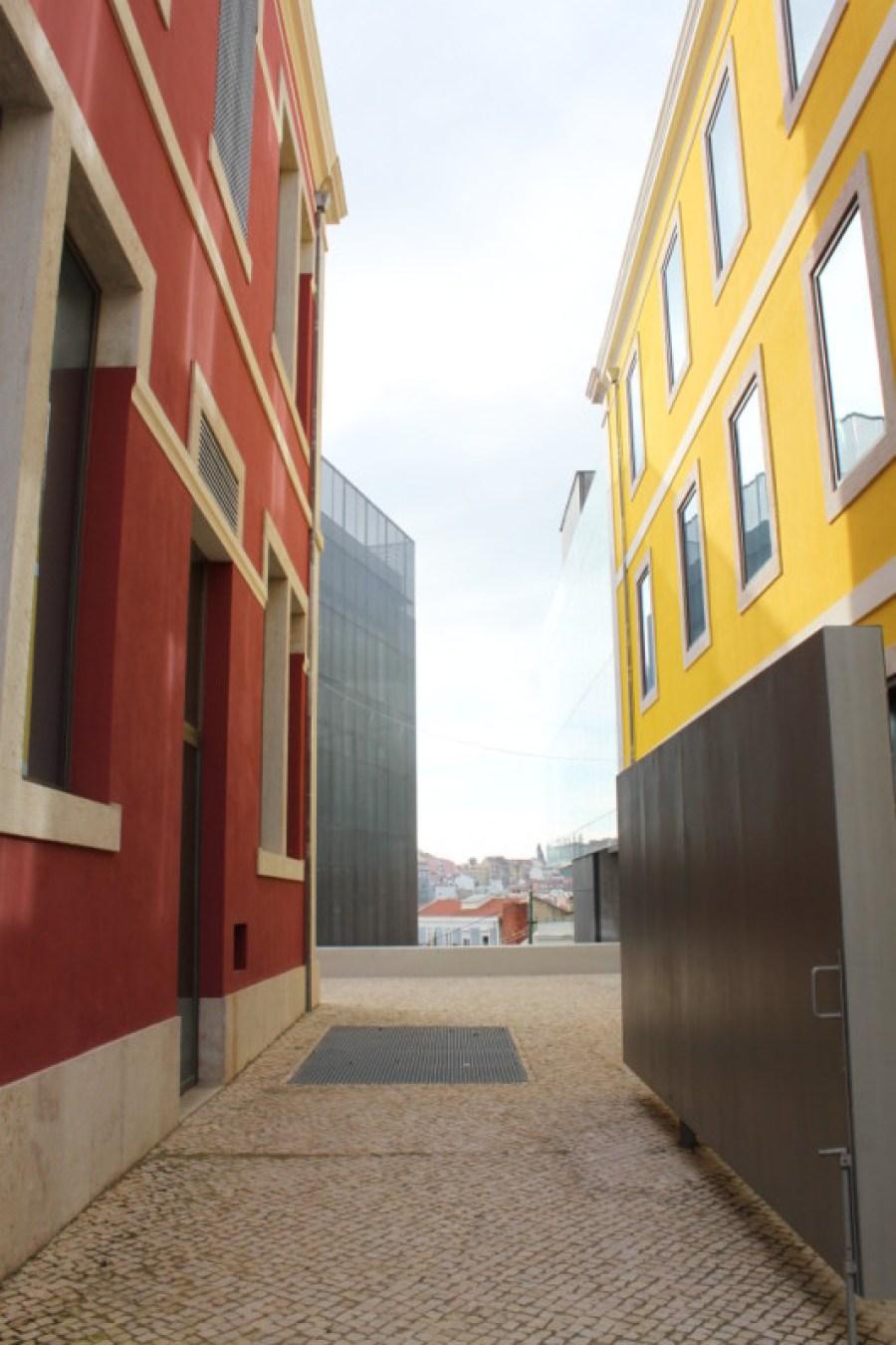 FCM Calcada entre os edificios bordo e amarelo Vista Oeste