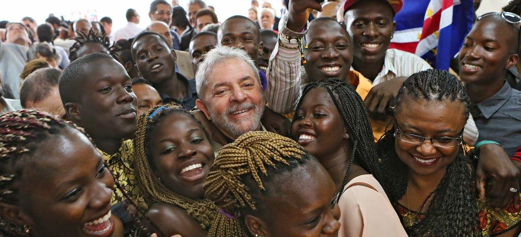Lula, presidente do povo, em plongée e grande angular, retrato característico do fotógrafo presidencial Ricardo Stuckert