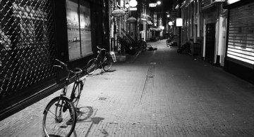 Calle desierta en la noche © Pedro Martínez Alhambra, www.fotoaleph.com