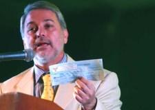 El entonces gobernador de Jalisco, Emilio González Márquez, en el XIV Banquete del Hambre, el 23 de abril de 2008. En la mano tiene un cheque por 15 millones de pesos. Foto © Diario de Guadalajara.
