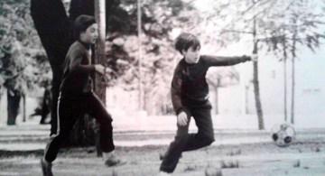 Juanro, de pibe, jugando a la pelota.