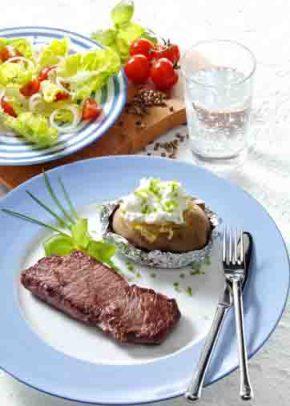 Hüftsteak mit Folienkartoffeln und Quark (für Diabetiker) Foto: Wirths PR