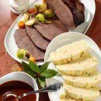 Rinderbraten in Rotweinsauce mit böhmischen Serviettenknödeln