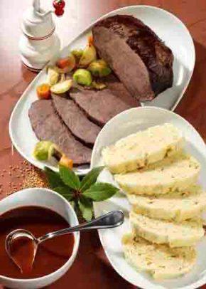 Rinderbraten in Rotweinsauce mit böhmischen Serviettenknödeln Foto: Wirths PR