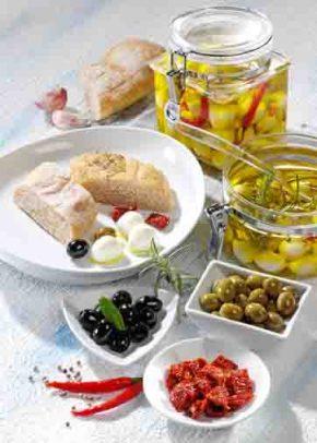 Antipasti mit marinierten Mozzarella-Kügelchen Foto: Wirths PR