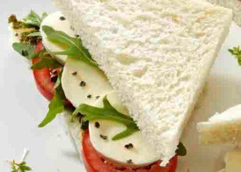 Schlanke Linie: Tramezzini mit Tomaten Foto: Wirths PR