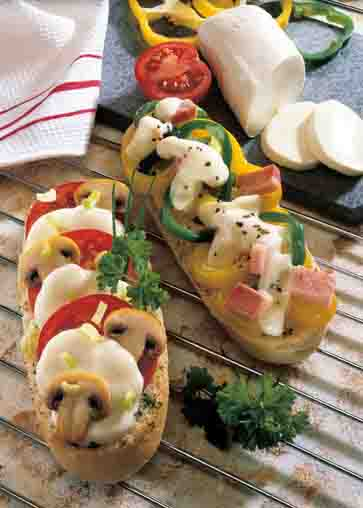 Schlanke Linie: Überbackenes Baguettebrötchen mit Mozzarella Foto: Wirths PR