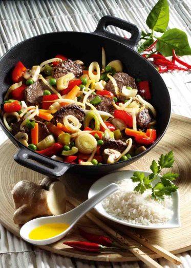 Asien: Gemüsepfanne mit Rindfleisch Foto: Wirths PR / Dr. Karg's Knäckebrot – Genuss mit Biss