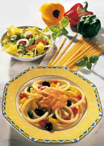 Schlanke Linie: Maccaroni Toscana mit Tomaten-Basilikum-Sauce Foto: Wirths PR