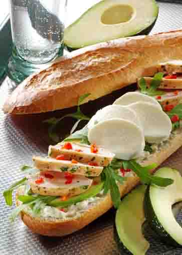 Snacks & Fingerfood: Baguette mit Hähnchenfilet und Avocado Foto: Wirths PR
