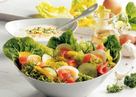 Frühlingssalat mit Eiern und Lachs Foto: Wirths PR