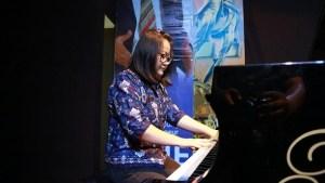 Keberanian Claudia menampilan bakat bermain piano di depan umum