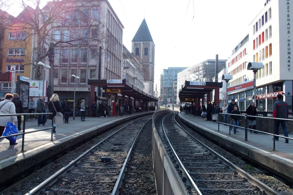 Un arrêt de tram au coeur de la ville.