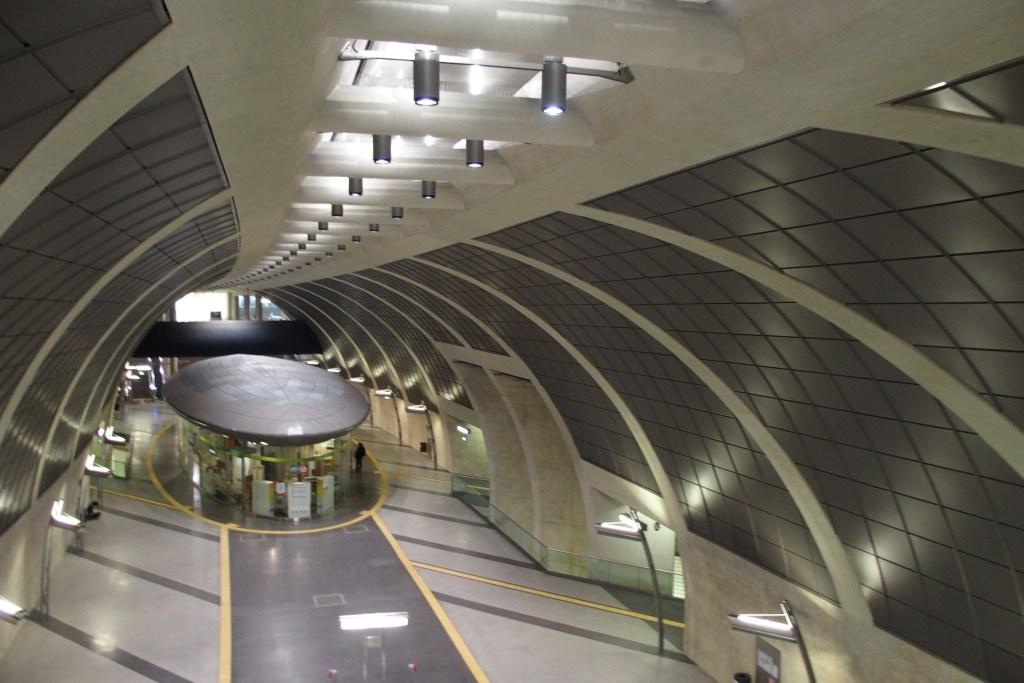 Impressionnante station ou galerie, si vide et si futuriste.