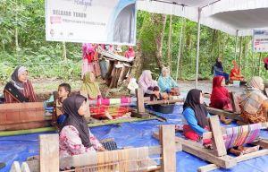 Belajar Tenun merupakan salah satu rangkain acara Festival Ekowisata)