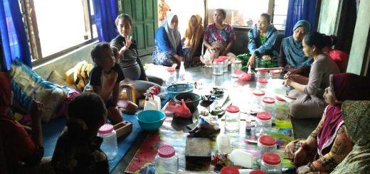 Perempuan  Adat Kasepuhan Karang berlatih pembuatan pupuk alami di Kampung Ciangkala, Desa Jagaraksa, Lebak Banten, MInggu, 17/12  (Foto Dhila)