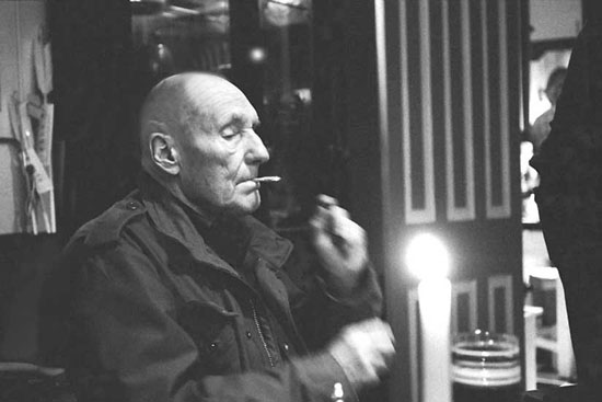 William S. Burroughs fumant un joint