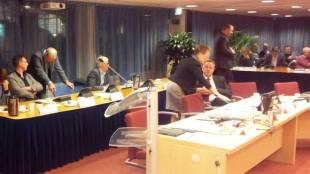 Wethouder Pieter Kos (uiterst links)overlegt met zijn collega Odd Wagner. Foto Ronald den Boer