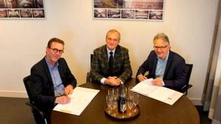 Ferdinand Vreugdenhil (Zeestad, links), wethouder Lolke Kuipers en Robbert Waltmann (Woningstichting, rechts) bij de bekrachtiging van afspraken (foto Ilonka Jans/Zeestad bv)