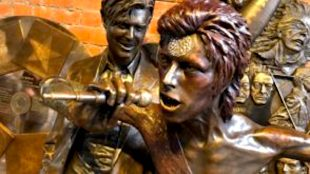 World's first David Bowie statue unveiled in Aylesbury (foto sa7afa)